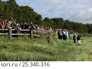 Купить «Spectators line up to watch surfers on Severn bore. Severn Estuary. England, August 2009», фото № 25340316, снято 24 мая 2018 г. (c) Nature Picture Library / Фотобанк Лори