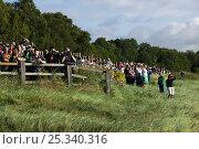 Купить «Spectators line up to watch surfers on Severn bore. Severn Estuary. England, August 2009», фото № 25340316, снято 15 августа 2018 г. (c) Nature Picture Library / Фотобанк Лори