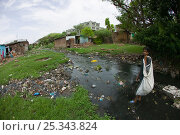 Купить «Teenager looking for recyclable items in polluted stream in slum, Bhopal, Madhya Pradesh, India, November 2008», фото № 25343824, снято 14 августа 2018 г. (c) Nature Picture Library / Фотобанк Лори