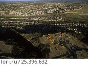 Aerial view of freeway and housing construction in coastal sage scrub habitat, North San Diego County, California. Dec 2002. Стоковое фото, фотограф Tim Laman / Nature Picture Library / Фотобанк Лори