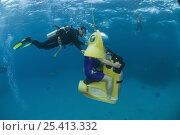 Купить «Tourist on Scubadoo with diver from the Great Adventures Pontoon. Great Barrier Reef, Queensland, Australia 2006», фото № 25413332, снято 25 мая 2018 г. (c) Nature Picture Library / Фотобанк Лори