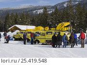 Купить «Tourists loading onto snow coaches at Flagg Ranch, South entrance to Yellowstone National Park, Wyoming, USA», фото № 25419548, снято 24 апреля 2018 г. (c) Nature Picture Library / Фотобанк Лори