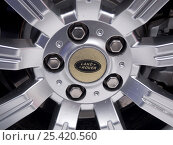 Купить «Фрагмент колесного диска Land Rover», эксклюзивное фото № 25420560, снято 22 января 2017 г. (c) Вячеслав Палес / Фотобанк Лори