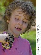 Boy holding captive Ball Python {Python regius} USA. Стоковое фото, фотограф John Cancalosi / Nature Picture Library / Фотобанк Лори