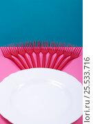 Купить «Натюрморт с пластиковыми вилками и тарелкой на цветном фоне», фото № 25533716, снято 12 февраля 2017 г. (c) V.Ivantsov / Фотобанк Лори