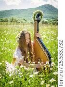 Девочка играет на бандуре в ромашковом поле. Стоковое фото, фотограф София Тюленева / Фотобанк Лори