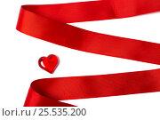 Красная лента и сердечко на белом фоне. Стоковое фото, фотограф Артем Силионов / Фотобанк Лори
