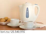 Электрический чайник и две чашки чая для чаепития на столе. Стоковое фото, фотограф Елена Перминова / Фотобанк Лори