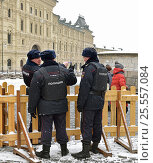Купить «ГУМ-Ярмарка на  Красной площади в Москве. Полицейские», фото № 25557084, снято 12 февраля 2017 г. (c) Валерия Попова / Фотобанк Лори