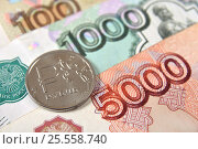 Купить «Российские монета и купюра крупным планом», эксклюзивное фото № 25558740, снято 14 февраля 2017 г. (c) Юрий Морозов / Фотобанк Лори