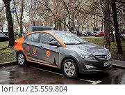 Купить «Московский Carsharing от Делимобиль с поминутной оплатой», фото № 25559804, снято 16 апреля 2016 г. (c) Manapova Ekaterina / Фотобанк Лори