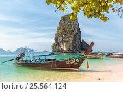 Купить «Королевство Таиланд. Традиционные тайские длиннохвостые моторные лодки — лонгтейлы (longtail boat). Провинция Краби, полуостров Рейли, пляж Прананг (Phranang Cave Beach)», фото № 25564124, снято 5 февраля 2017 г. (c) Владимир Сергеев / Фотобанк Лори