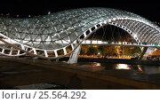 Мост Мира с ночной иллюминацией через реку Мтквари в центре Тбилиси. Грузия, видеоролик № 25564292, снято 14 февраля 2017 г. (c) Евгений Ткачёв / Фотобанк Лори
