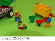 Купить «Уборка мусора дворниками на зеленом фоне из конструктора lego», фото № 25567148, снято 15 февраля 2017 г. (c) Юлия Юриева / Фотобанк Лори