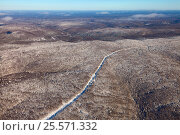 Нефтепровод в Уральских горах, вид сверху, фото № 25571332, снято 4 февраля 2017 г. (c) Владимир Мельников / Фотобанк Лори