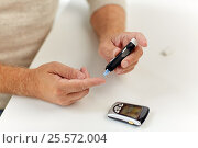 Купить «senior man with glucometer checking blood sugar», фото № 25572004, снято 7 июля 2016 г. (c) Syda Productions / Фотобанк Лори