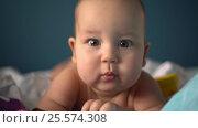 Healthy baby crawling fast towards the camera. Handheld shot. Стоковое видео, видеограф Павел Котельников / Фотобанк Лори