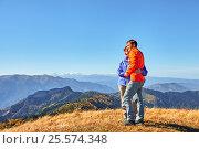 Active hikers hiking enjoying view looking at mountain landscape 02. Стоковое фото, фотограф Сергей Семенович Мальков / Фотобанк Лори