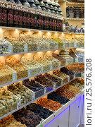 Купить «Орехи и сухофрукты на полке в магазине», эксклюзивное фото № 25576208, снято 16 февраля 2017 г. (c) Юрий Морозов / Фотобанк Лори