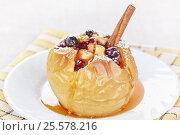 Купить «Яблоко, запеченное с медом и клюквой», фото № 25578216, снято 6 декабря 2015 г. (c) Галина Михалишина / Фотобанк Лори