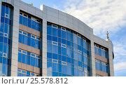 Купить «The wall of the building with blue windows against the sky», фото № 25578812, снято 19 сентября 2018 г. (c) Сергей Журавлев / Фотобанк Лори