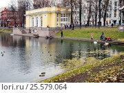 Купить «Патриаршие пруды в Москве», эксклюзивное фото № 25579064, снято 4 ноября 2015 г. (c) stargal / Фотобанк Лори