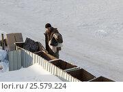 Купить «Мужчина выбрасывает мусорные пакеты в мусорные баки во дворе», фото № 25579224, снято 19 февраля 2017 г. (c) Юлия Юриева / Фотобанк Лори