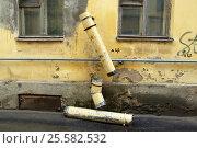 Купить «Сломанная труба для стока дождевой воды», фото № 25582532, снято 30 апреля 2010 г. (c) Oles Kolodyazhnyy / Фотобанк Лори