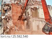Купить «Строители сносят дом в Москве», фото № 25582540, снято 12 февраля 2017 г. (c) Георгий Дзюра / Фотобанк Лори