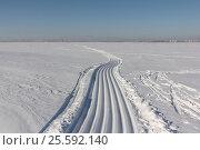 Купить «Trace of a snowmobile and sled on a snowy surface of frozen reservoir, Siberia, Ob River», фото № 25592140, снято 18 февраля 2017 г. (c) Наталия Макарова / Фотобанк Лори