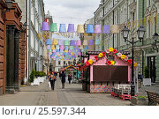"Moscow, Russia - April 21, 2016: People walking at street festival ""Moscow Spring"" in Stoleshnikov Lane in Moscow. Редакционное фото, фотограф Юлия Олейник / Фотобанк Лори"
