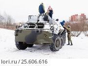Купить «Военные катают детей на броне БМП», эксклюзивное фото № 25606616, снято 23 февраля 2017 г. (c) Александр Щепин / Фотобанк Лори