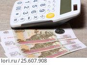 Купить «Триста один рубль и калькулятор», эксклюзивное фото № 25607908, снято 22 февраля 2017 г. (c) Яна Королёва / Фотобанк Лори