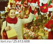 Купить «girl shopping at festive fair before Xmas in evening time», фото № 25613608, снято 27 января 2020 г. (c) Яков Филимонов / Фотобанк Лори