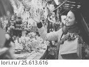 Купить «Woman at Christmas fair in evening», фото № 25613616, снято 24 мая 2018 г. (c) Яков Филимонов / Фотобанк Лори