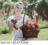 woman picking tomato in field. Стоковое фото, фотограф Яков Филимонов / Фотобанк Лори