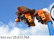 Купить «Мужчина и женщина катаются на аттракционе Air Race в парке Сокольники в Москве», эксклюзивное фото № 25613764, снято 1 октября 2016 г. (c) Наталья Горкина / Фотобанк Лори