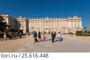 Купить «Королевский дворец в Мадриде», эксклюзивное фото № 25616448, снято 5 октября 2012 г. (c) Владимир Чинин / Фотобанк Лори