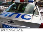 Купить «Инспектор ДПС производит проверку автомобилей около служебного автомобиля на МКАДе в городе Москве, Россия», фото № 25617440, снято 21 января 2017 г. (c) Николай Винокуров / Фотобанк Лори