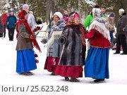 Купить «Фольклорный коллектив выступает на празднике Масленицы», фото № 25623248, снято 26 февраля 2017 г. (c) Лариса Капусткина / Фотобанк Лори