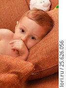 Купить «Маленький ребенок укладывается спать», фото № 25626056, снято 19 сентября 2016 г. (c) Виктор Топорков / Фотобанк Лори