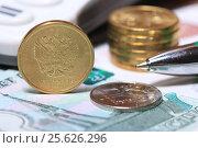 Купить «Монеты и ручка крупным планом», эксклюзивное фото № 25626296, снято 28 февраля 2017 г. (c) Яна Королёва / Фотобанк Лори