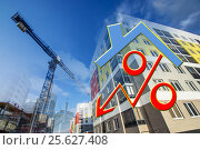 Купить «Знак процента на фоне нового жилого дома», фото № 25627408, снято 25 февраля 2014 г. (c) Сергеев Валерий / Фотобанк Лори