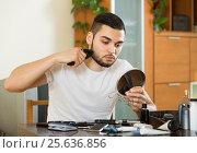 Купить «guy looking at mirror and shaving beard with trimmer», фото № 25636856, снято 2 апреля 2020 г. (c) Яков Филимонов / Фотобанк Лори