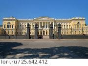 Купить «Санкт-Петербург. Вид на открытые Парадные ворота в Русский музей летом», фото № 25642412, снято 1 июня 2016 г. (c) Максим Мицун / Фотобанк Лори