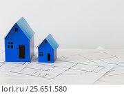 Купить «blue paper houses on wooden table», фото № 25651580, снято 8 июня 2016 г. (c) Майя Крученкова / Фотобанк Лори