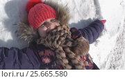 Купить «Girl lying on white snow and laughing, happy winter», видеоролик № 25665580, снято 6 февраля 2017 г. (c) Ольга Шевченко / Фотобанк Лори
