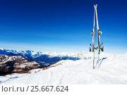 Купить «Skis stuck in snow bank against mountain scene», фото № 25667624, снято 23 декабря 2016 г. (c) Сергей Новиков / Фотобанк Лори