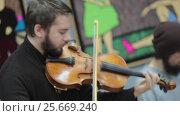 Купить «Музыканты на открытии выставки в Картинной галерее города Балашиха», эксклюзивный видеоролик № 25669240, снято 6 марта 2017 г. (c) Дмитрий Неумоин / Фотобанк Лори