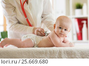 Купить «doctor listens to baby heartbeat with stethoscope», фото № 25669680, снято 3 марта 2017 г. (c) Оксана Кузьмина / Фотобанк Лори